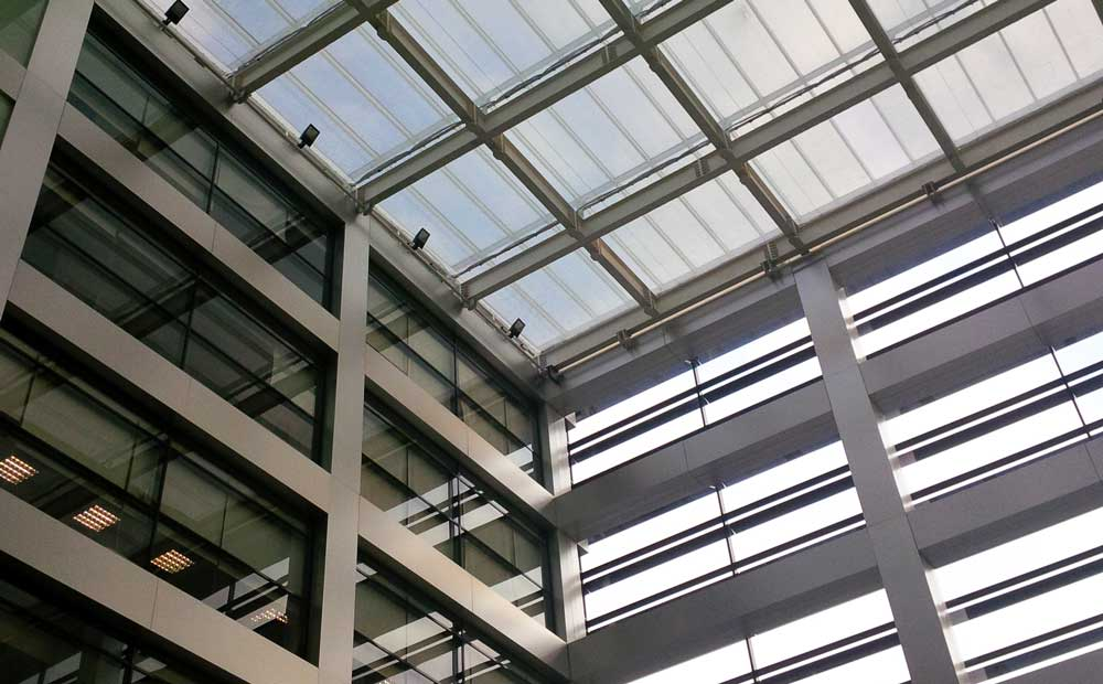 Atrium met zonwering scherminstallatie