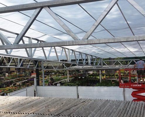 Montage beweegbaar buitenscherm bij tuincentrum VillaVerde in Antibes