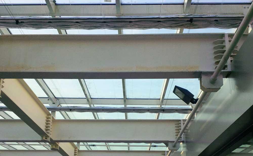 Onzichtbare constructie van een scherminstallatie