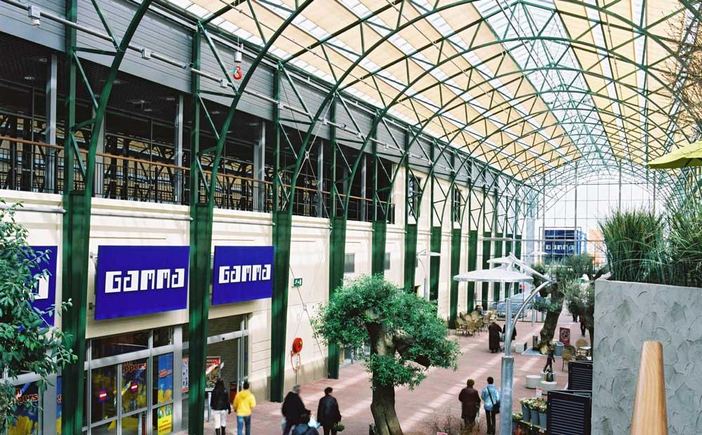 Scherminstallatie in atrium winkelpassage